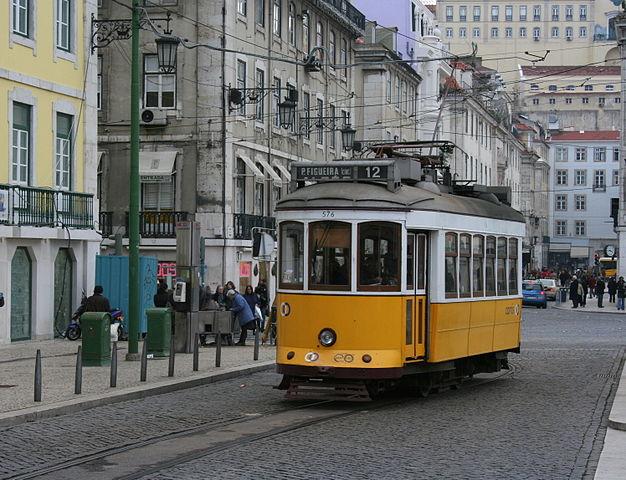 «Tranvía de Lisboa» por Fidex2020 - Trabajo propio. Disponible bajo la licencia Public domain vía Wikimedia Commons.