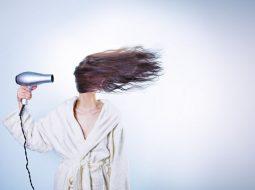 mujer-secado-de-cabello pelo liso